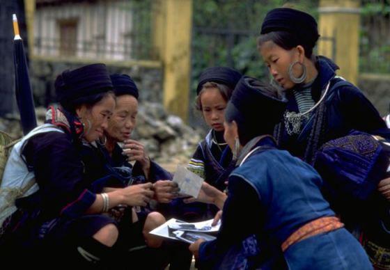 Black_hmong_women_sapa_vietnam_1999